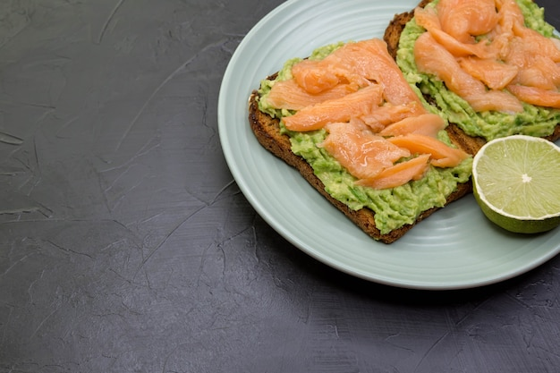 Сэндвич с темным ржаным хлебом, авокадо и лососем здоровая белковая еда