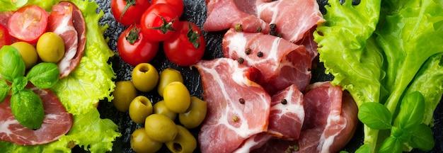 乾燥肉のサンドイッチ、チェリートマトのハモン、バジル、チャバタ、オリーブ