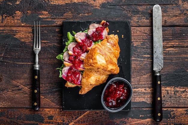 Сэндвич с кусочками стейка из филе утиной грудки, рукколой и соусом