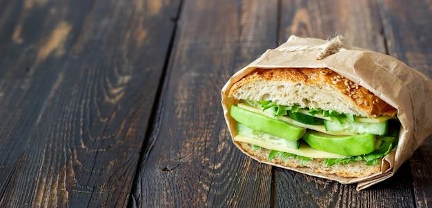 グリーンサラダ、アボカドきゅうり、チーズのサンドイッチ