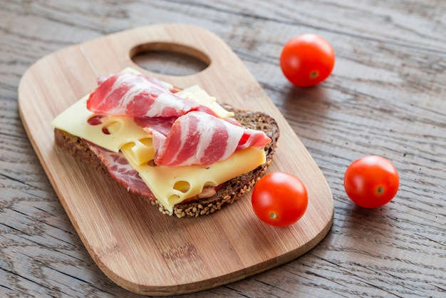 Бутерброд с ветчиной и сыром
