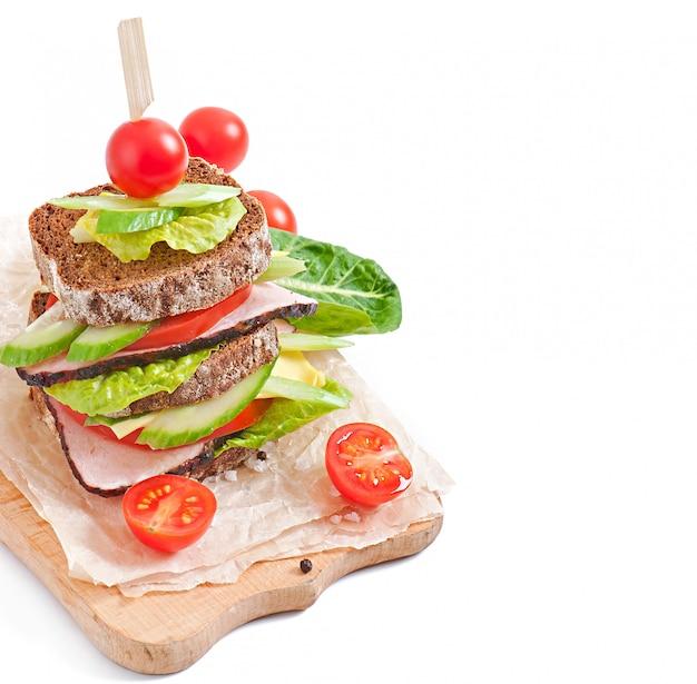 ハムと新鮮な野菜のサンドイッチ