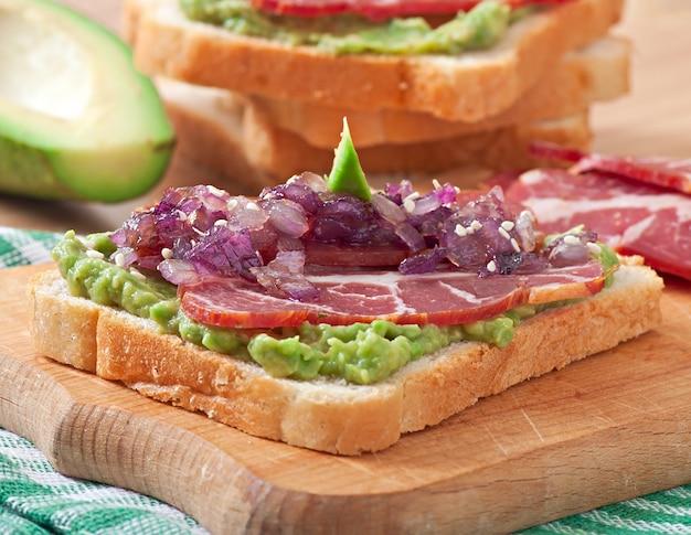 ハム、アボカドソース、カラメル玉ねぎのサンドイッチ