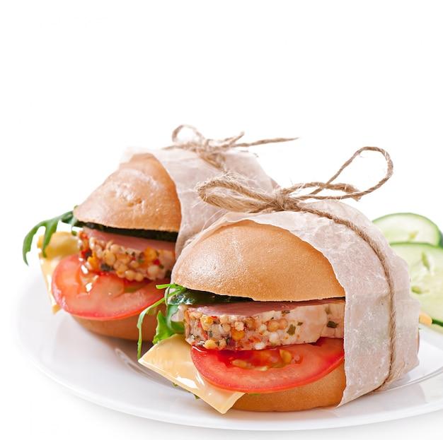 Бутерброд с ветчиной, сыром и свежими овощами