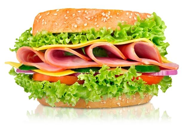 Бутерброд с ветчиной, сыром и помидорами на белом фоне