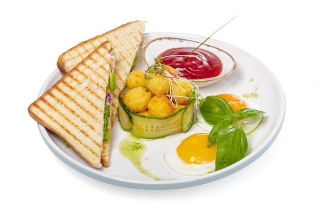 Бутерброд с ветчиной, сыром, помидорами, листьями салата и поджаренным хлебом. вид сверху, изолированные на белом фоне.