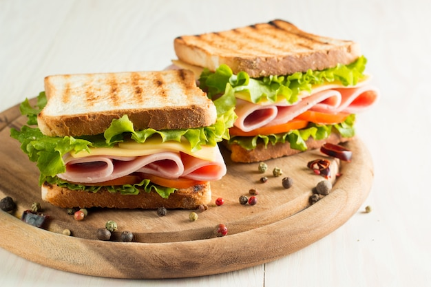 Sandwich with ham and cheese.