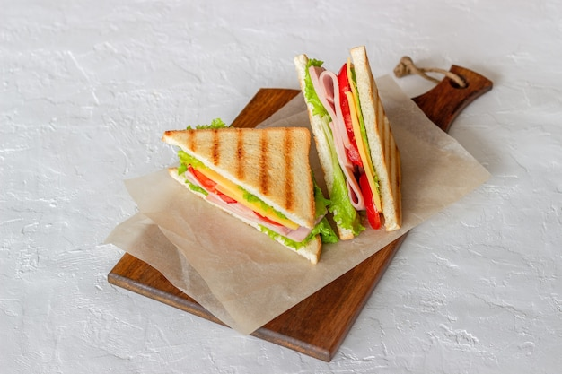 ハム、サラダ、トマト、チーズのサンドイッチ。アメリカ料理。ファストフード。
