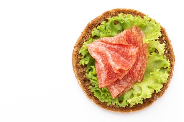 Сэндвич с ветчиной колбасой на белом