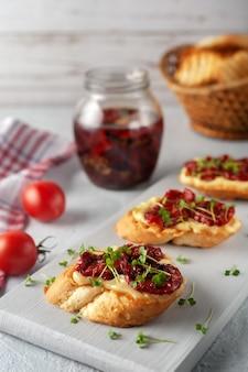 수제 마요네즈, 햇볕에 말린 토마토, 마이크로 채소가 든 샌드위치