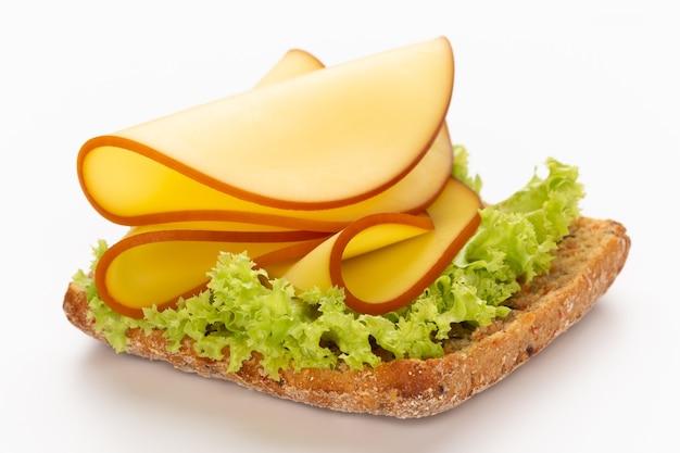 Сэндвич с салатом, сыром на белом фоне.