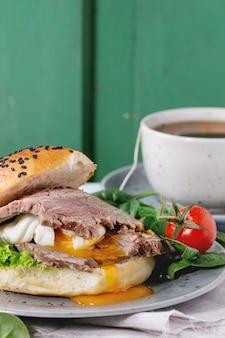 肉と卵のサンドイッチ