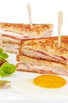 白い背景の上の肉のスライスとサンドイッチのクローズアップ