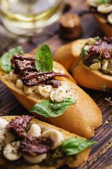 モッツァレラチーズ、ペスト、サンドライトマト、バジルのサンドイッチ