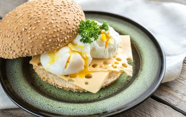 ポーチドエッグのサンドイッチ