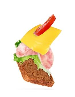Сэндвич со свиной ветчиной на белом фоне