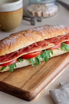 生ハム、トマト、ルッコラ、チーズのサンドイッチ。健康的な食事。ダイエット。