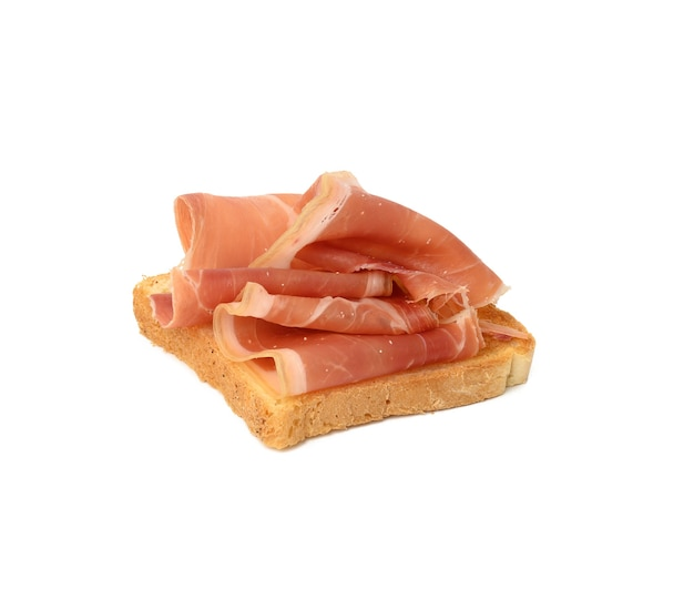 白パンと生ハムのスライスと白い背景で隔離のサンドイッチ