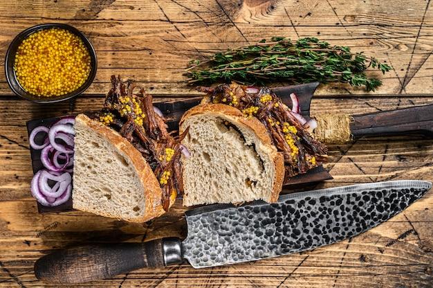 Сэндвич с тушеной свининой медленного копчения на белом хлебе