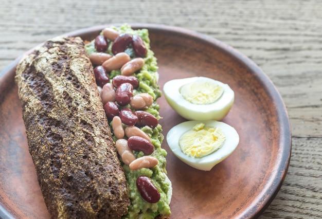 Бутерброд с разбитым авокадо и фасолью