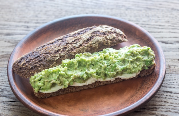 Бутерброд с разбитым авокадо