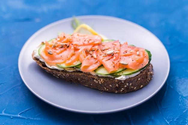 훈제 연어와 오이 샌드위치. 건강한 영양에 대한 개념.