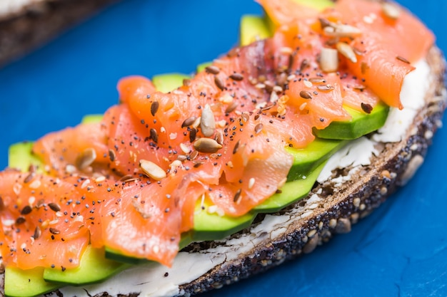 Сэндвич с копченым лососем и огурцом. концепция здорового питания.