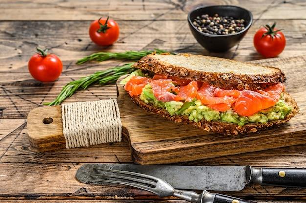 Сэндвич с копченым лососем, авокадо и яйцом
