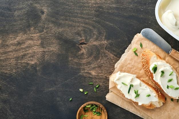 Бутерброд с мягким сыром с зеленым луком и хлебом