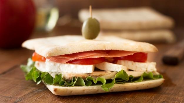 机の上の野菜とチーズのサンドイッチ