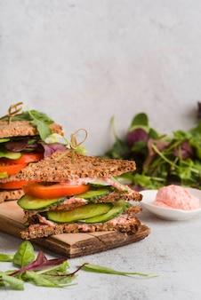 イクラのボウルの横にあるサンドイッチ