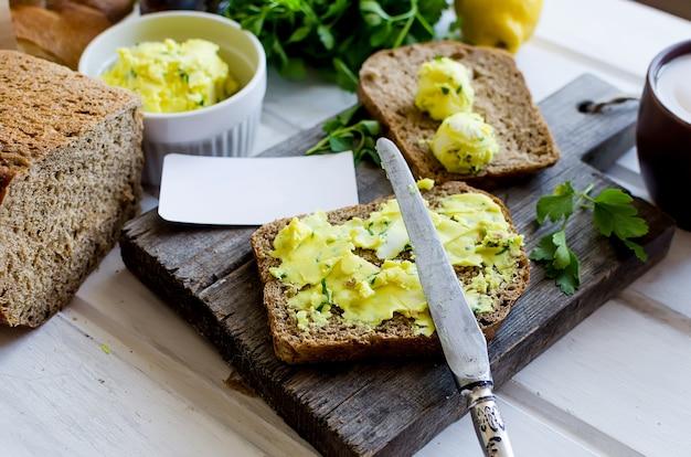 Бутерброды на завтрак с домашним маслом, приправленным пряностями, с цедрой лимона, куркумой, специями. ржаной хлеб