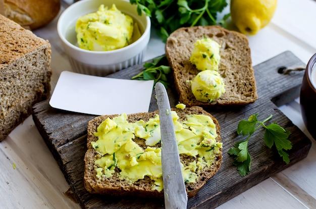 Бутерброды на завтрак с домашним пряным маслом и цедрой лимона