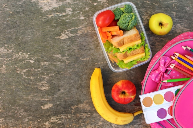 음식 상자에 샌드위치, 과일 및 야채, 배낭