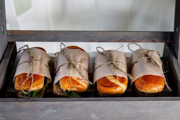 이벤트 케이터링에 샌드위치. 길거리 음식은 포장 마차에서 제공 할 준비가되었습니다.