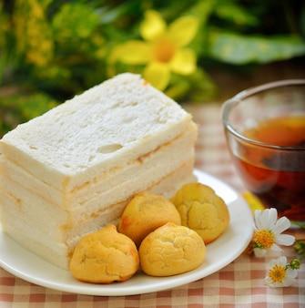 Бутерброды с чашкой горячего чая