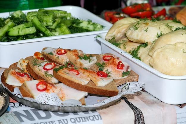 Бутерброды с беконом и перцем уличная еда на фестивале крупным планом