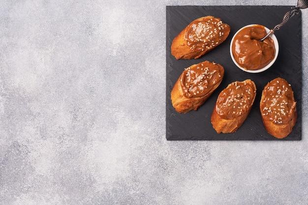 パンのバゲットとサンドイッチは、ゆで練乳の甘いペーストが広がっています。