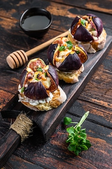 Sandwiches with baked figs, jam and cream cheese