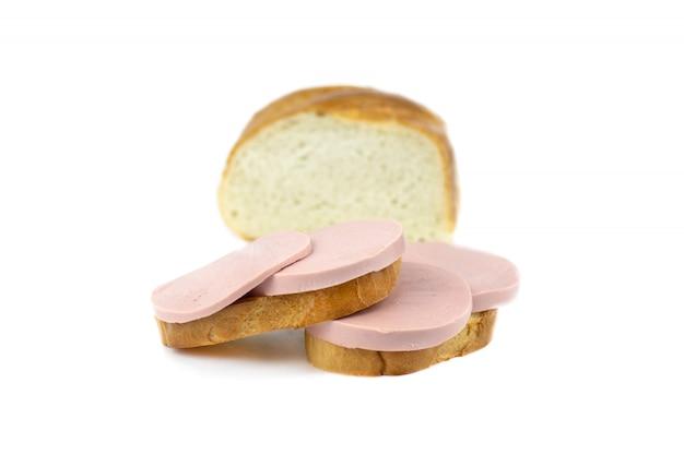 Бутерброды с вареной колбасой, изолированных на белом фоне.