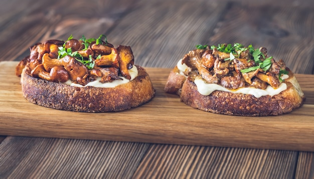 Sandwiches with cheese and fried chanterelles