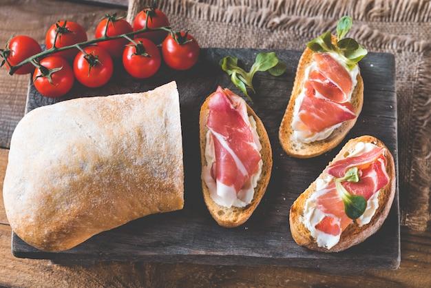 Бутерброды со сливочным сыром и ветчиной
