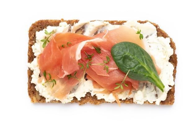Бутерброды со сливочным сыром, овощами и салями. бутерброды с огурцом, редисом, помидорами, салями на белом фоне, вид сверху. плоская планировка.