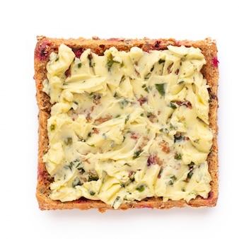 クリームチーズ、野菜、サラミのサンドイッチ。