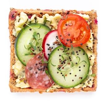 Бутерброды со сливочным сыром, овощами и салями