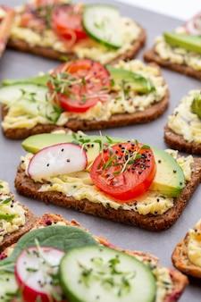 Бутерброды со сливочным сыром, овощами и салями.