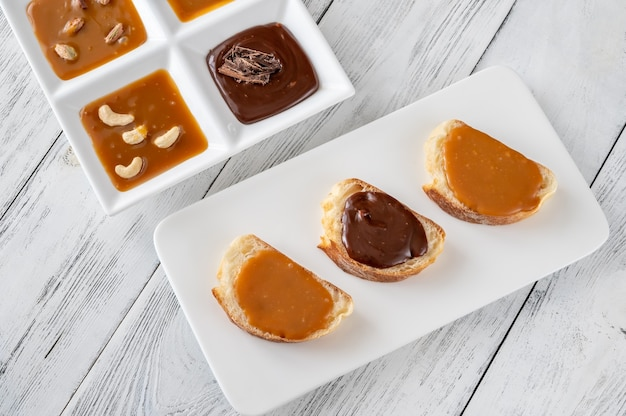 Бутерброды с разными видами карамели на сервировочной тарелке