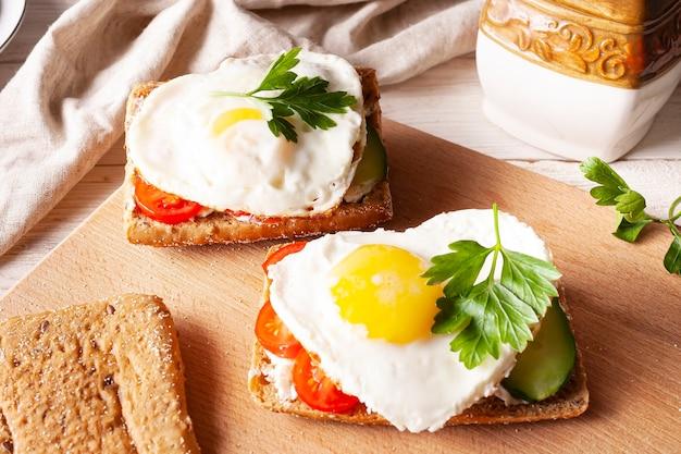 Бутерброды с яйцом и овощами