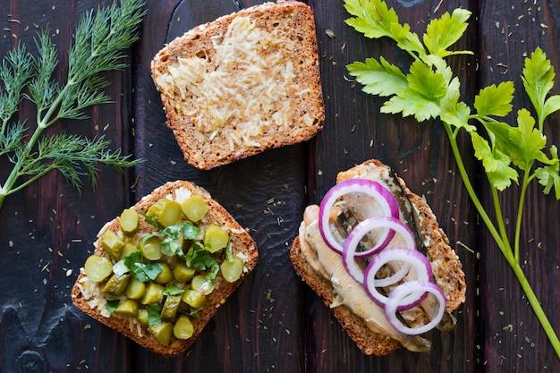 ニンニク、スプラット、パセリのピクルスピクルスのサンドイッチ