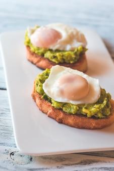 Бутерброды с гуакамоле и яйцами-пашот